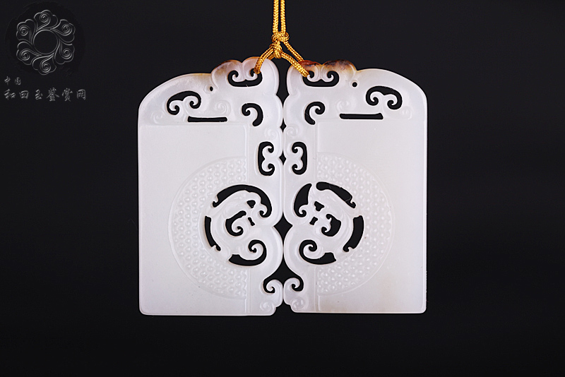 此款作品《龙凤对牌》采用新疆和田籽玉精心雕琢,玉质细腻,皮色美艳,工艺严谨。两块玉牌以拟古的造型分别雕饰一龙一凤,合则严丝合缝,龙凤呈祥。   中华民族传统文化的核心价值是和而不同的复苏和回归,本作品也正是在这一思想的指引下,通过龙凤对牌的形式将其描述于男女之间的关系上。玉器作品的风格或特色已日新月异,但万变不离其宗。无论如何变化,形体结构的内在规律和艺术美的评判法则始终不会变。有批判地传承,有筛选的吸收,这样才能真正做到有生命力的创新。   和而不同出自《论语子路》:君子和而不同,